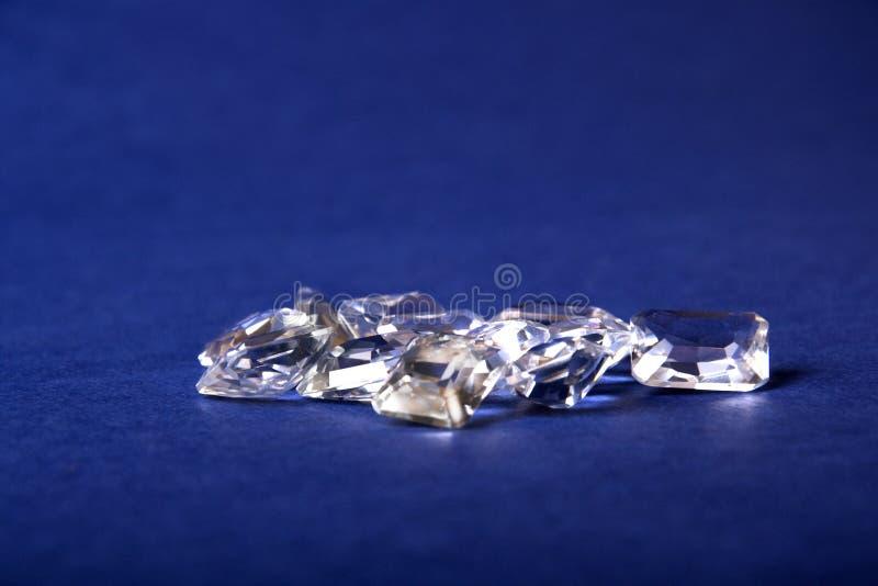 Un manojo de cristales en un fondo azul fotos de archivo libres de regalías