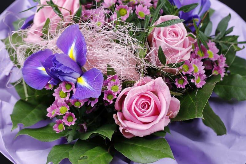 Un manojo de la flor con las rosas rosadas y el iris violeta imagenes de archivo