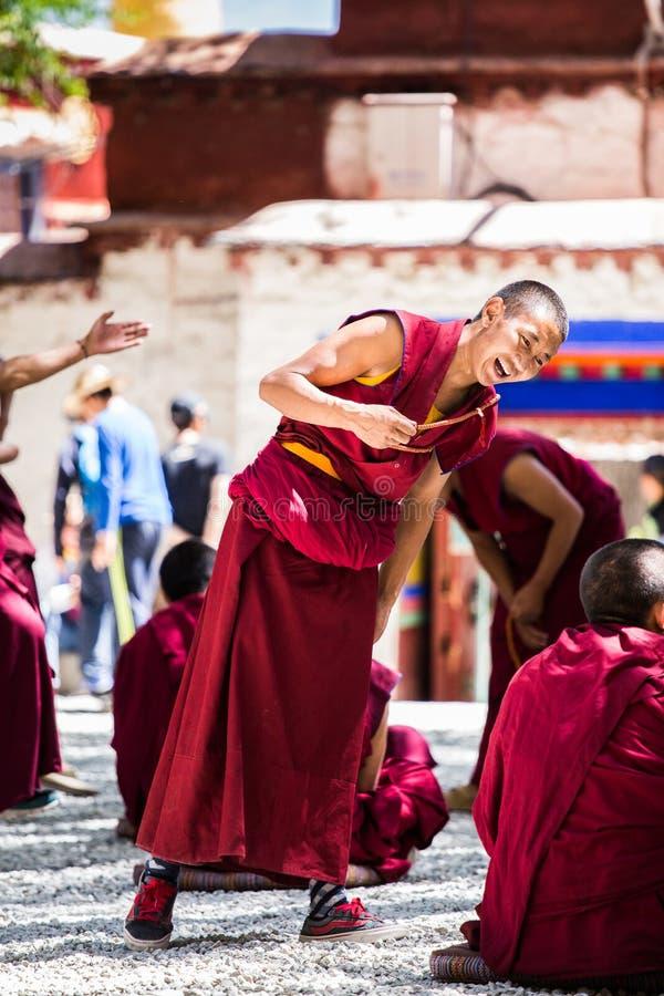 Un manojo de monjes budistas tibetanos de discusión en Sera Monastery imagen de archivo libre de regalías