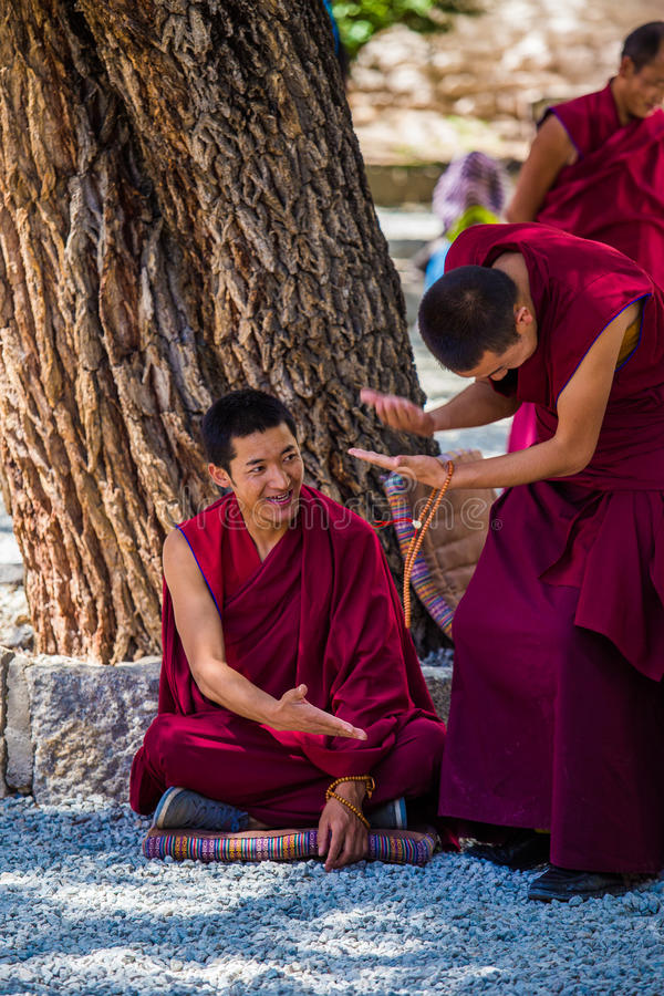 Un manojo de monjes budistas tibetanos de discusión en Sera Monastery imagenes de archivo