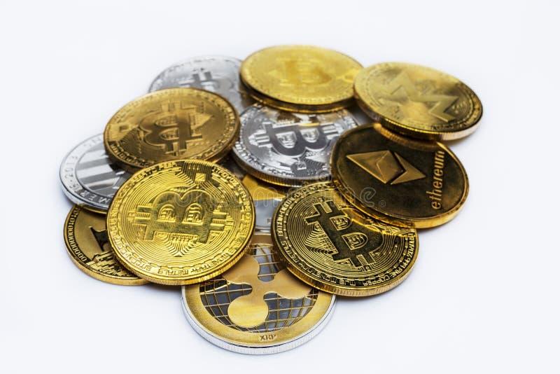 Un manojo de símbolos de la moneda del bitcoin del oro aislados en un fondo blanco foto de archivo libre de regalías
