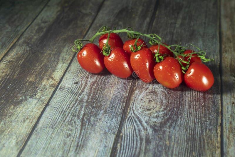Un manojo de tomates de cereza orgánicos frescos foto de archivo libre de regalías