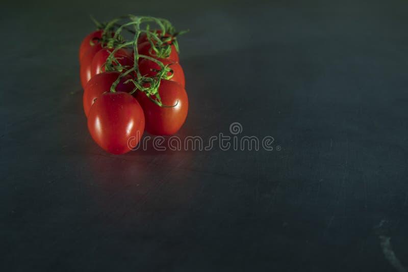 Un manojo de tomates de cereza orgánicos frescos imagenes de archivo