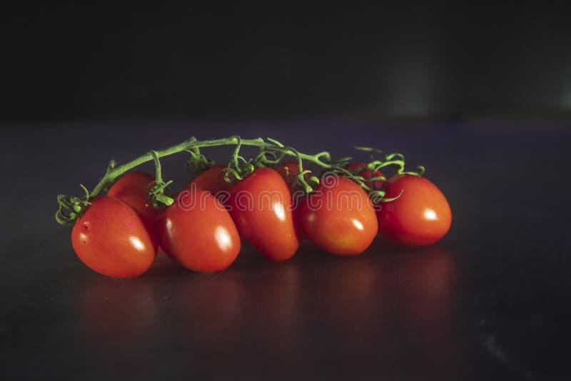 Un manojo de tomates de cereza orgánicos frescos imagen de archivo libre de regalías