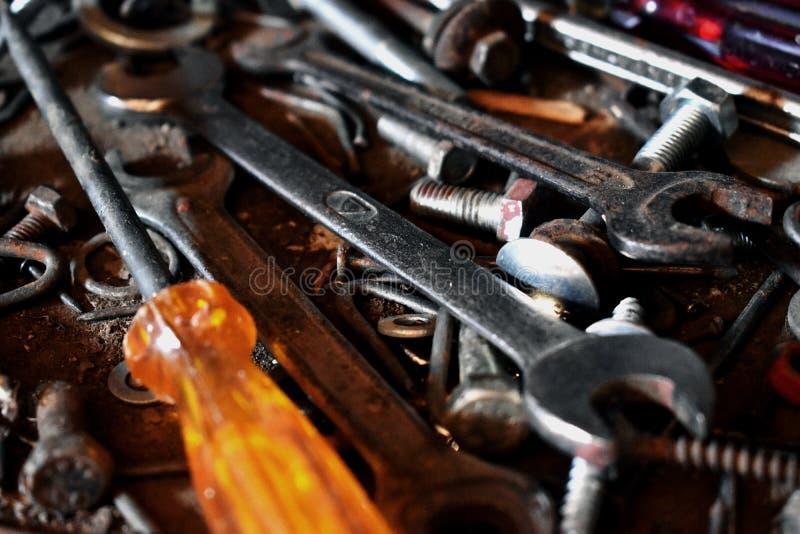 Un manojo sucio de herramientas en la tabla foto de archivo libre de regalías