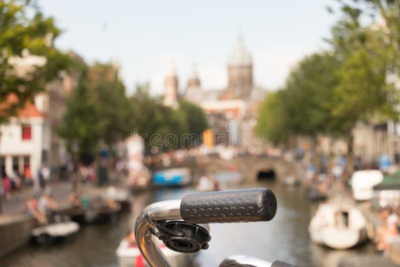 Un manubrio di una tendenza della bici di un ponte nel centro urbano di Amsterdam, Paesi Bassi immagine stock