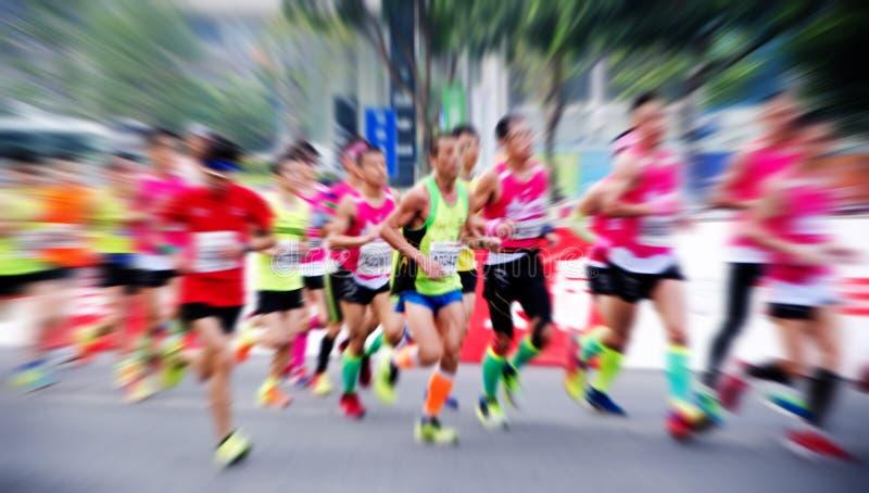 Un maratón funcionado con en un camino de ciudad imágenes de archivo libres de regalías