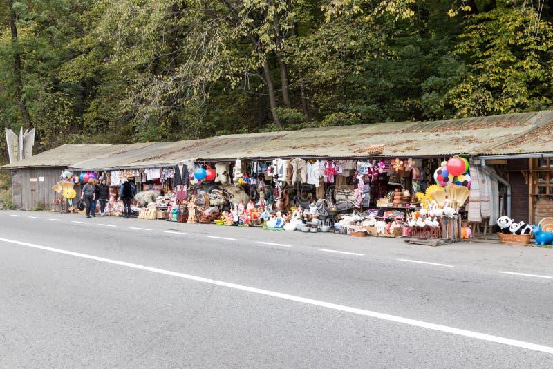 Un marché de souvenir de bord de la route situé pas loin de la ville de Brasov dans la Roumanie images stock