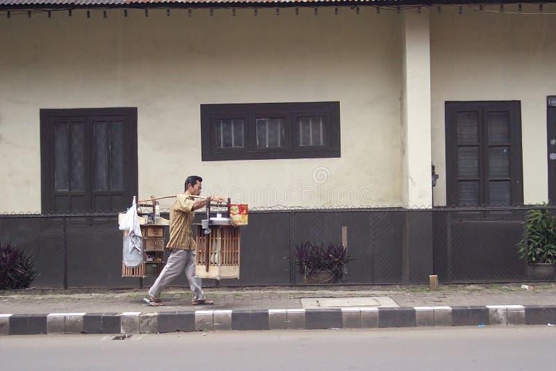 Un marchand ambulant vendant la nourriture dans la ville de Bogor photo stock