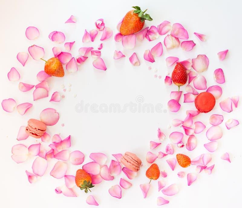 Un marco con los pétalos color de rosa rosados, azúcar protagoniza, las fresas, francesas imágenes de archivo libres de regalías