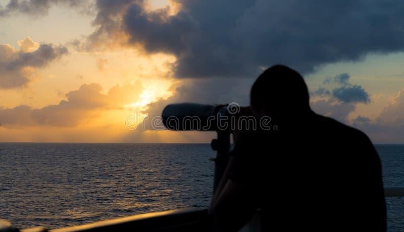 Un marin regarde par des jumelles images libres de droits