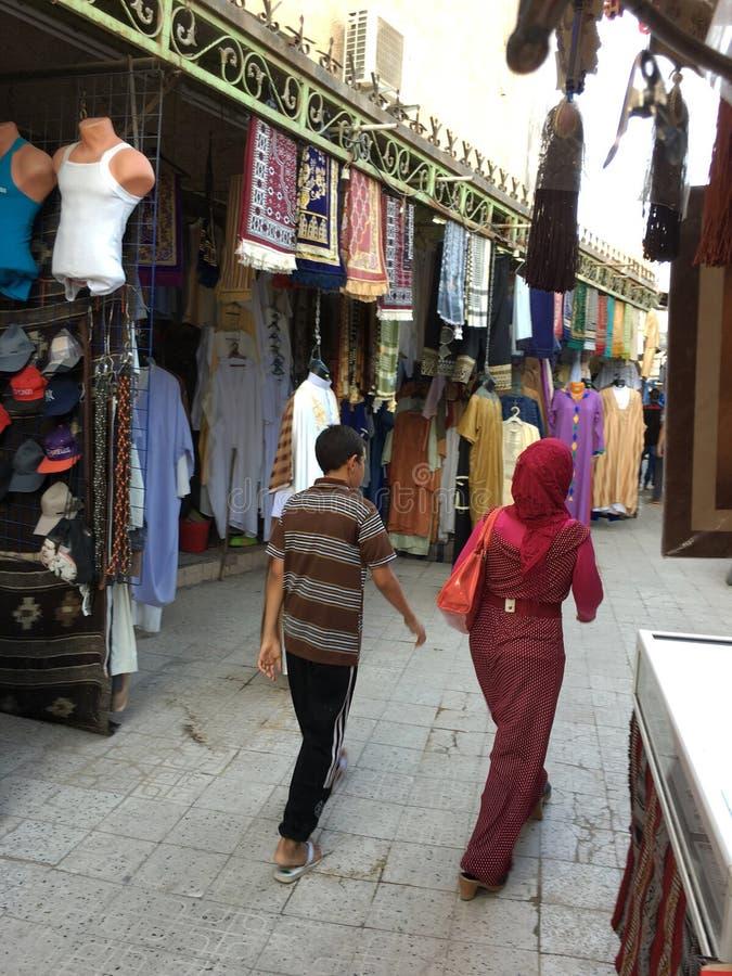 Un market& x28 ; souk& x29 ; bazar dans la ville touristique Ouargla Algérie Le marché traditionnel de souvenir de tissu est photos libres de droits