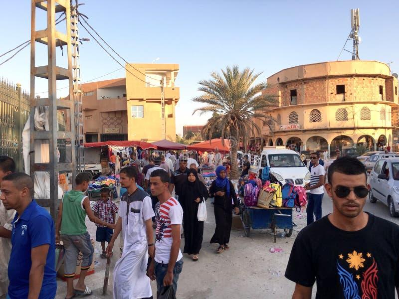 Un market& x28 ; souk& x29 ; bazar dans la ville touristique Ouargla Algérie Le marché traditionnel de souvenir de tissu est photographie stock libre de droits