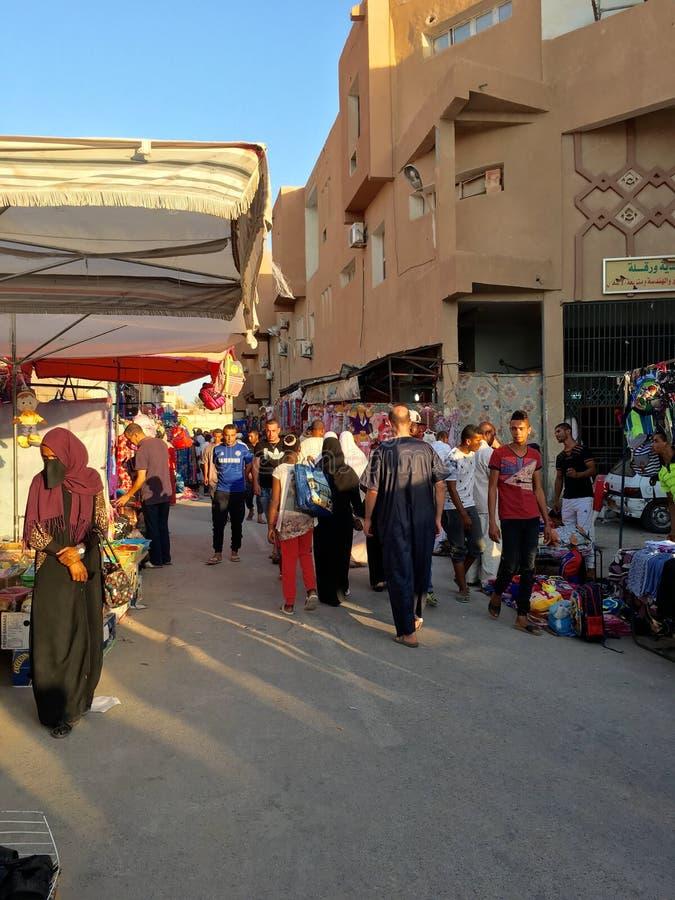 Un market& x28 ; souk& x29 ; bazar dans la ville touristique Ouargla Algérie Le marché traditionnel de souvenir de tissu est photo stock
