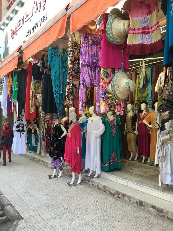 Un market& x28 ; souk& x29 ; bazar dans la ville touristique Ouargla Algérie Le marché traditionnel de souvenir de tissu est photographie stock