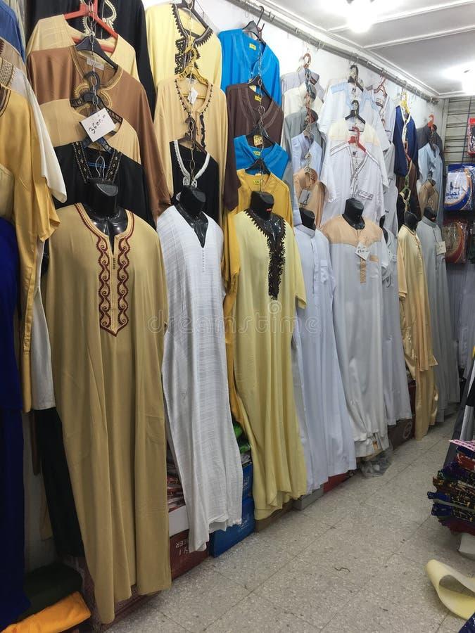 Un market& x28 ; souk& x29 ; bazar dans la ville touristique Ouargla Algérie Le marché traditionnel de souvenir de tissu est images stock