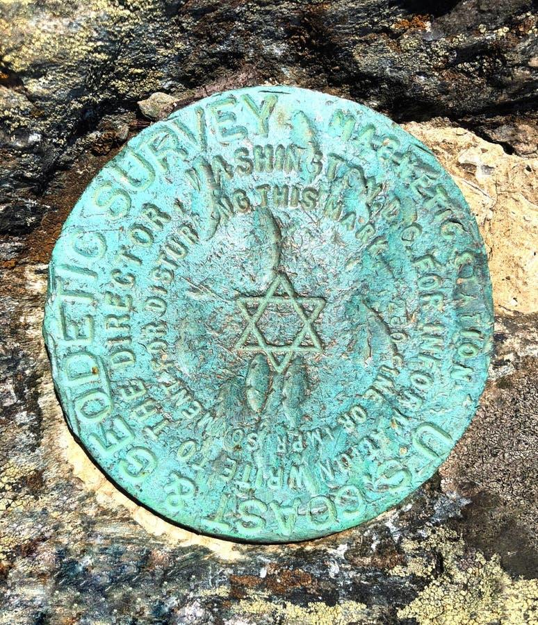 Un marqueur rond en métal sur la montagne de la montagne d'Alander photo libre de droits