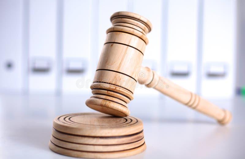 Un marteau et un abat-voix en bois de juge d'isolement sur le fond blanc dans la perspective image libre de droits