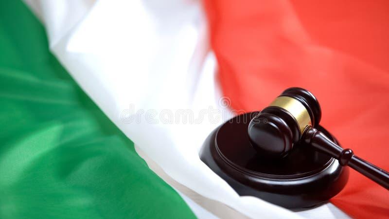 Un martelletto contro la bandiera italiana, giustizia del ministero, autorità immagini stock libere da diritti