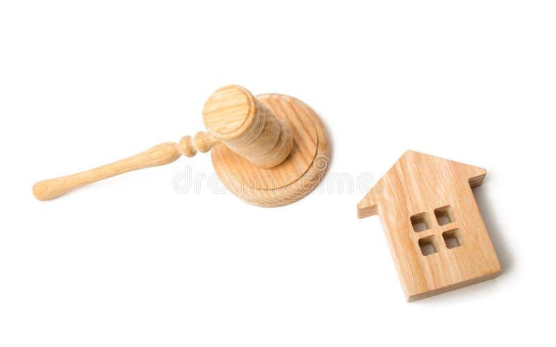 Un martillo del juez y una casa en un fondo blanco Acuerdo del concepto del pleito Comprando y vendiendo las propiedades inmobili imágenes de archivo libres de regalías