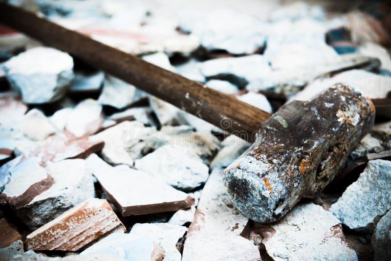 Un martillo usado para demoler el suelo de baldosas y la pared concretos de la casa antes de la renovación Él pesado y muy duro imagen de archivo