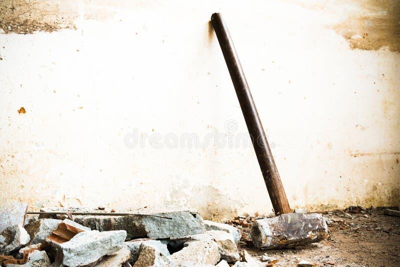 Un martillo usado para demoler el suelo de baldosas y la pared concretos de la casa antes de la renovaci?n ?l pesado y muy duro imagenes de archivo