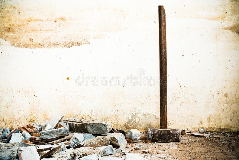 Un martillo usado para demoler el suelo de baldosas y la pared concretos de la casa antes de la renovaci?n ?l pesado y muy duro foto de archivo libre de regalías