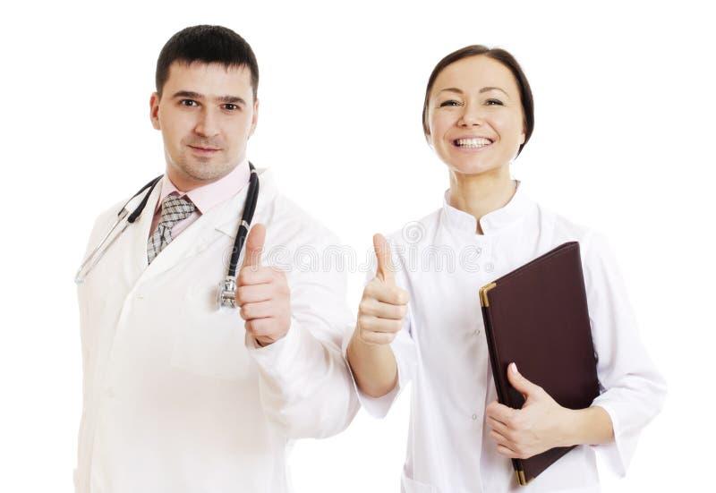 Un maschio e una femmina di due medici che mostrano segno giusto fotografie stock libere da diritti