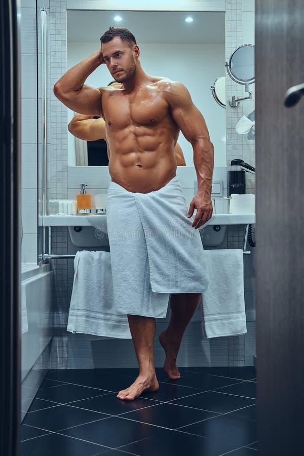 Un maschio muscolare bello in bagno gemellato alla moda fotografia stock libera da diritti