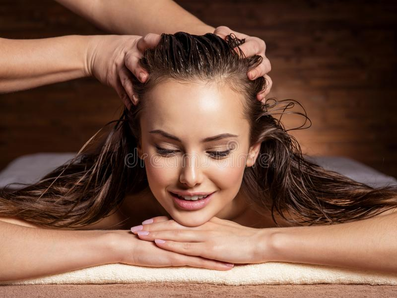 Massaggiatore Che Fa Massaggio Il Collo Di Una Donna Nel ...