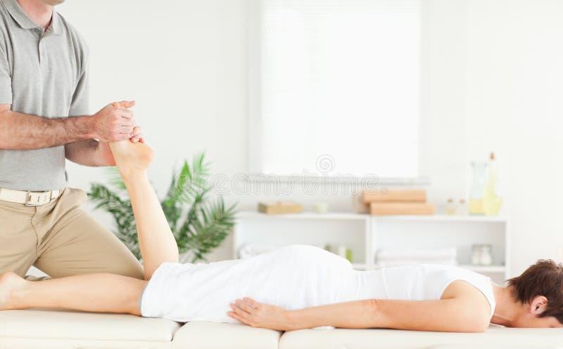 Un massaggio del piedino per un cliente femminile fotografia stock