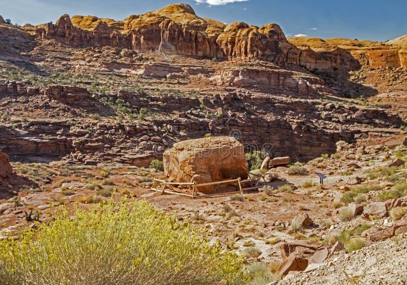 Un masso caduto è scolpito con arte della roccia nel parco nazionale di arché fotografia stock libera da diritti