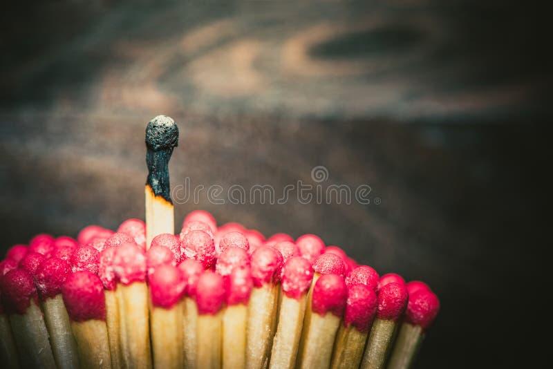Un match brûlé se tenant de la foule photos libres de droits
