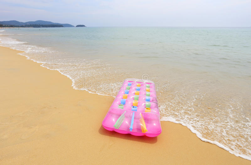 Materasso della spiaggia sulla spiaggia fotografie stock