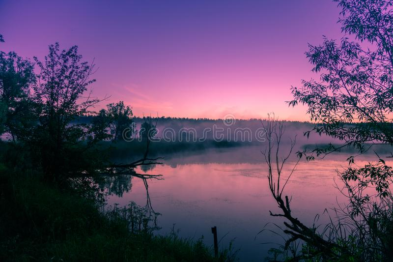 Un matin brumeux au-dessus de la rivière photos stock