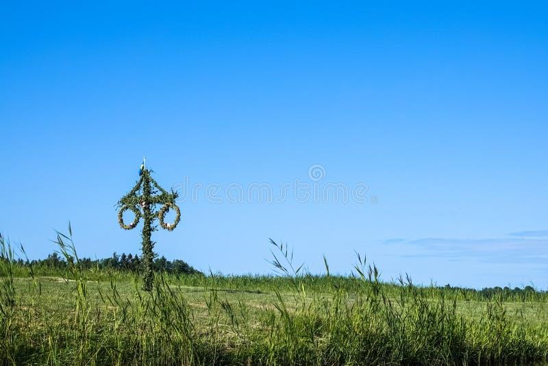 Un maypole sueco en un prado verde del verano imágenes de archivo libres de regalías