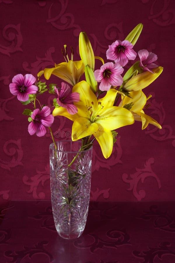 Download Un mazzo dei fiori fotografia stock. Immagine di cristallo - 30830332