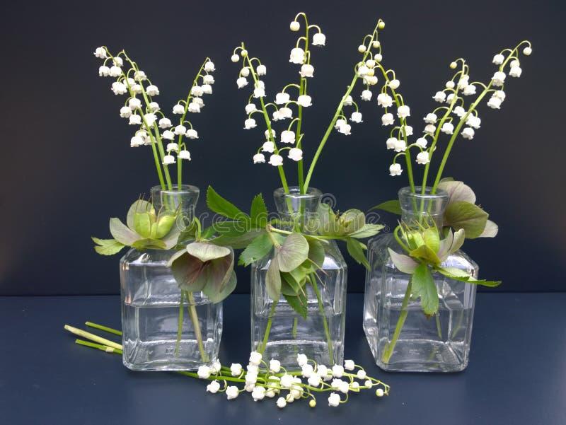 Un mazzo dei mughetti con le foglie verdi in un vaso di for Come costruire un mazzo del secondo piano