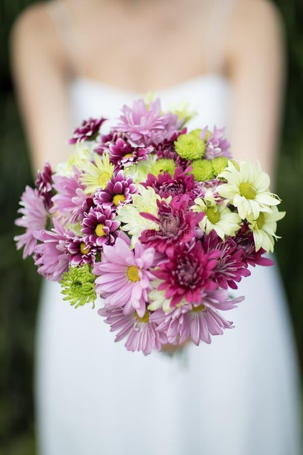 Un mazzo del ` s della sposa dei fiori immagine stock libera da diritti
