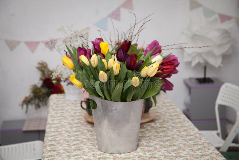 Un mazzo del tulipano fiorisce in un secchio del metallo fotografie stock libere da diritti