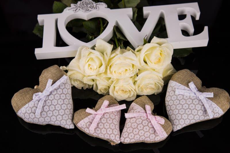 Un mazzo delle rose bianche, cuori ha fatto di materiale, angeli valentines immagini stock libere da diritti