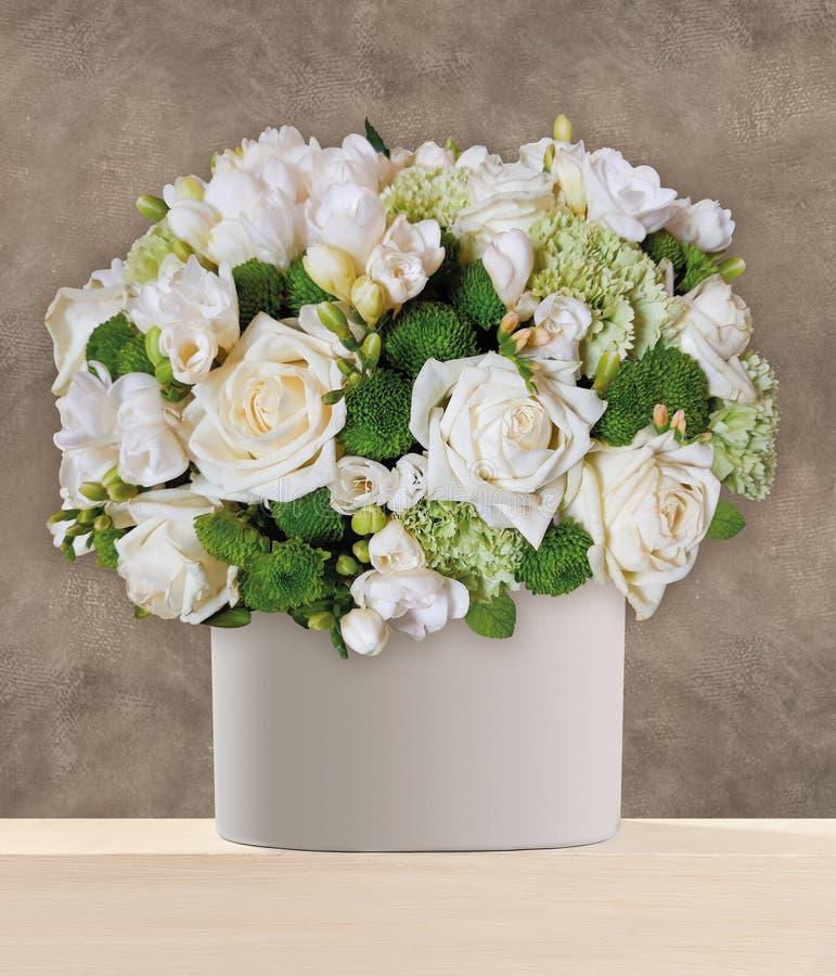 Un mazzo delle rose bianche sistemate nel vaso immagine stock libera da diritti