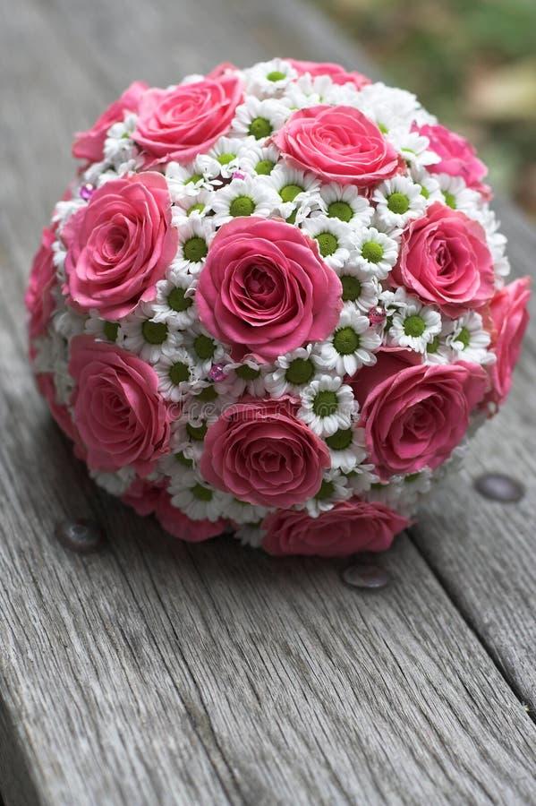 Un mazzo delle rose bianche sulla tavola immagine stock libera da diritti