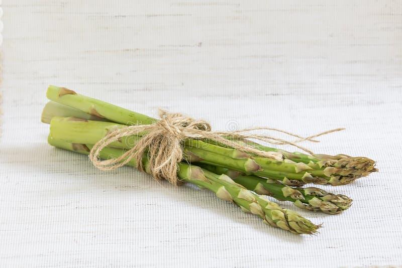 Un mazzo di asparago fresco, cibo sano fotografia stock