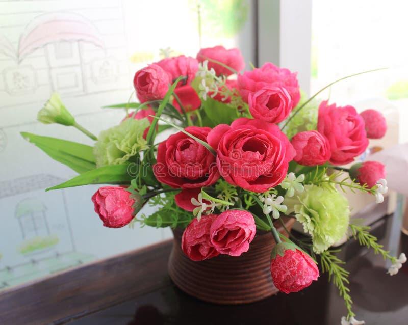 Un mazzo di bei fiori artificiali in un vaso fotografia stock