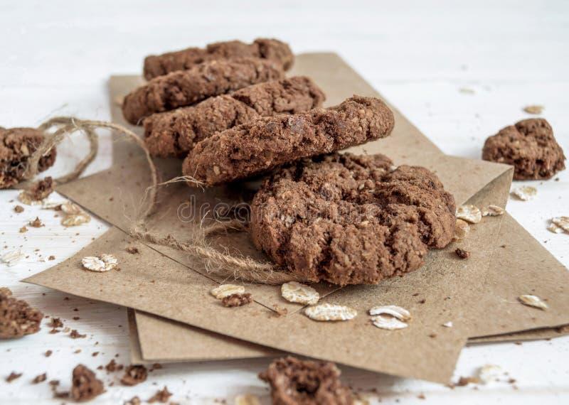 Un mazzo di biscotti del cioccolato sulla carta del mestiere fotografia stock