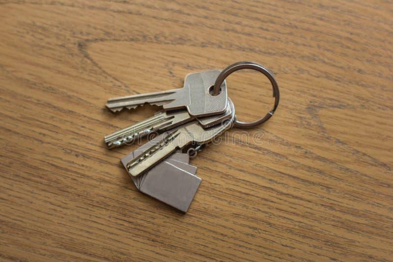 Un mazzo di chiavi che si trovano sulla tavola fotografia stock libera da diritti