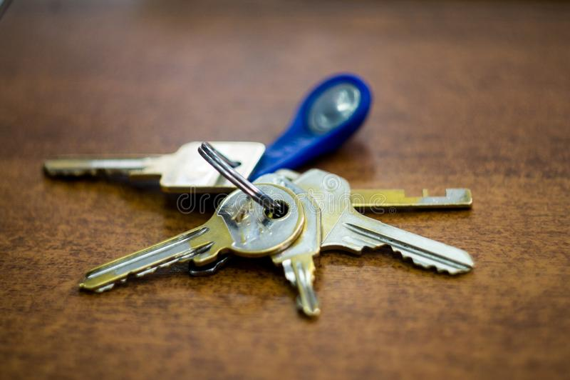 Un mazzo di chiavi sulla tavola fotografie stock libere da diritti