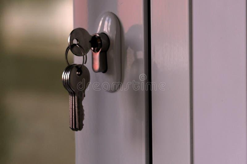 Un mazzo di digita il buco della serratura di una porta di plastica bianca alla luce uguagliante Il concetto della distrazione e  fotografia stock libera da diritti