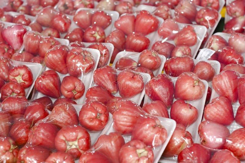 Un mazzo di mele sugose dell'acqua dentellare e rossa immagine stock libera da diritti